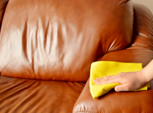 pulizia divano pelle